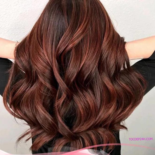 Nhuộm highlight cho tóc nâu – Màu đỏ