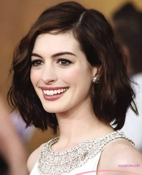 Tóc ngắn ôm mặt kết hợp với mái dài cho mặt vuông