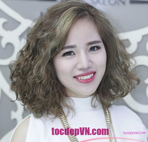 kiểu tóc ngắn Uốn Xoăn đẹp 2021 - Tocdep24h.com Chọn kiểu tóc uốn xoăn cho năm 2021 sẽ là một lựa chọn thông minh. Giúp che đi khuyết điểm